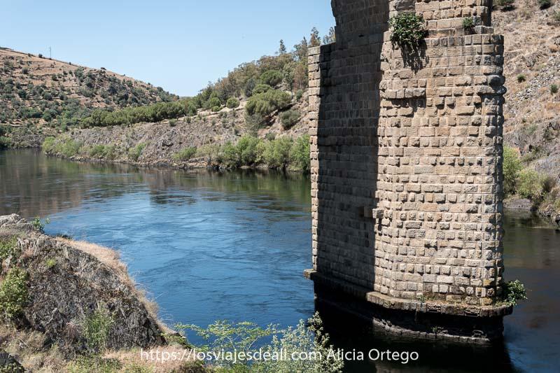 pilar del puente de alcántara con el río Tajo