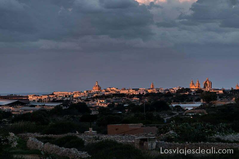 rabat en el horizonte iluminada por los últimos rayos de sol con torres y cúpulas de iglesias
