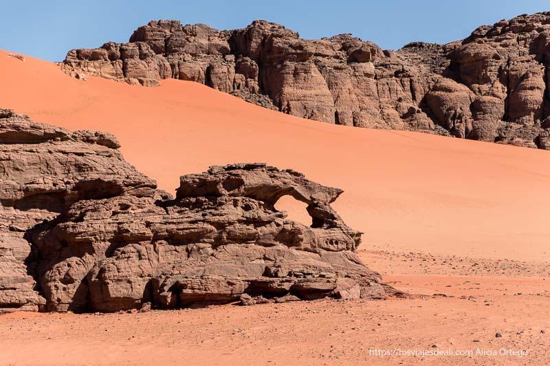 formaciones rocosas entre dunas de arena naranja en Le Cirque