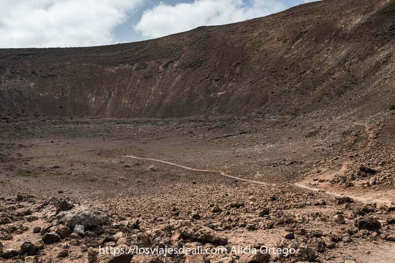 cráter de caldera pequeña con un camino que llega al centro