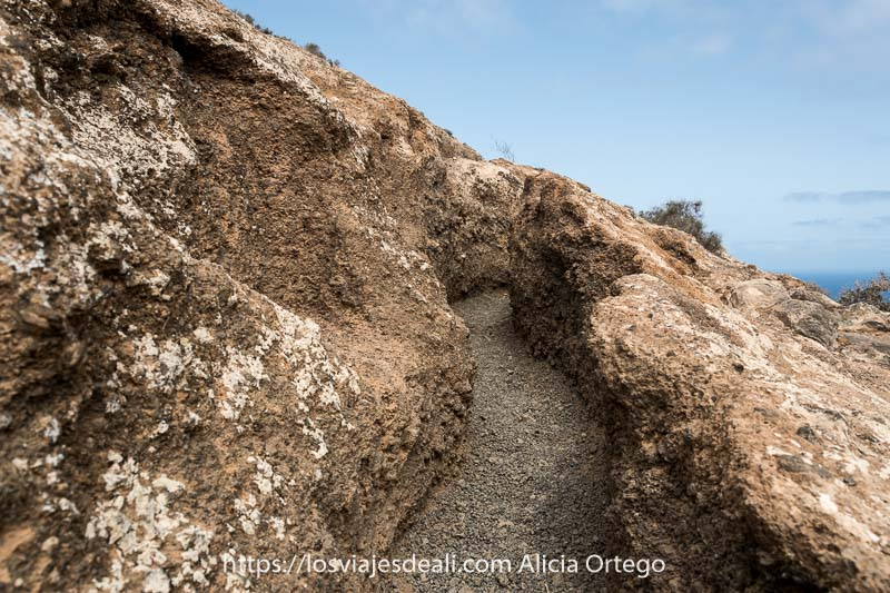 camino de la caldera blanca con paredes alzadas