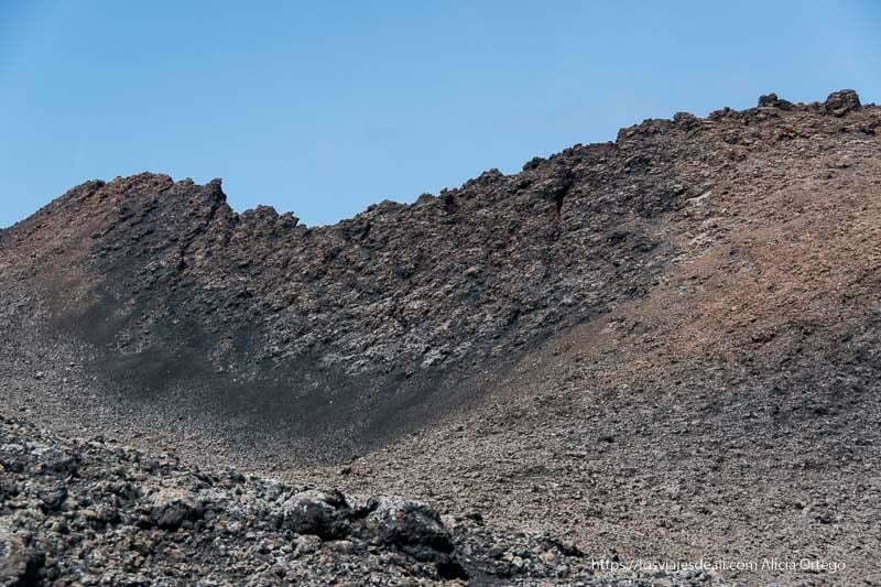 perfil de cráter volcánico en el parque nacional de timanfaya