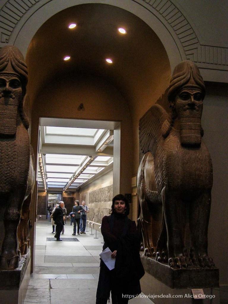 posando junto a dos esculturas asirias aladas en el bristish museum museos arqueológicos