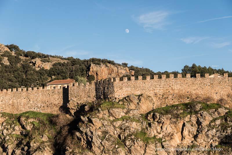 murallas de Buitrago del Lozoya con luz de atardecer y la luna casi llena en el cielo