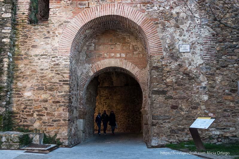 puerta en la torre del reloj con doble arco de ladrillo neomudéjar en Buitrago del Lozoya