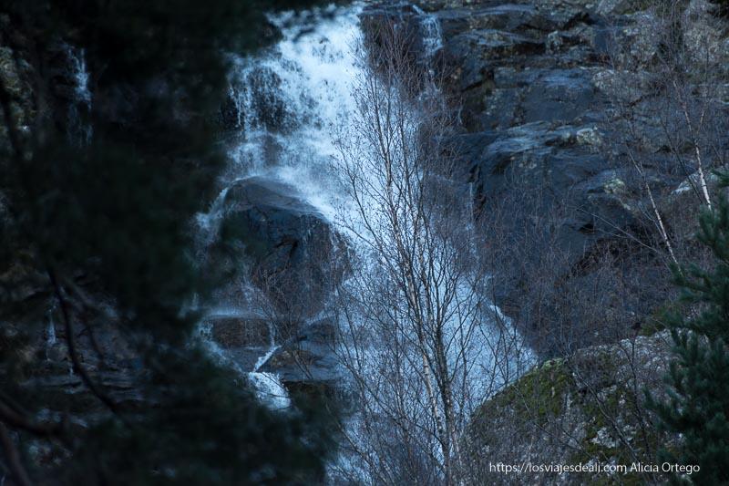 cascada de chorrera de mojonavalle en el puerto de canencia cayendo sobre grandes bloques de piedra