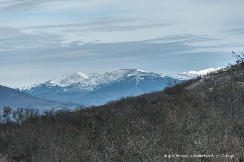 paisaje de picos nevados en la sierra de la morcuera