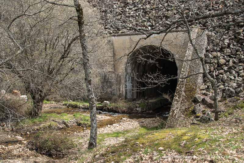 túnel por el que se desvía el arroyo