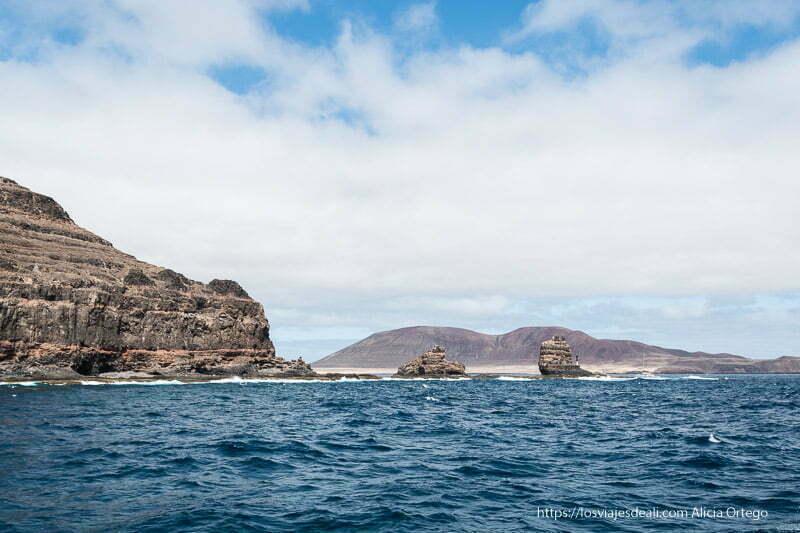 navegando hacia punta fariones y la isla La Graciosa detrás