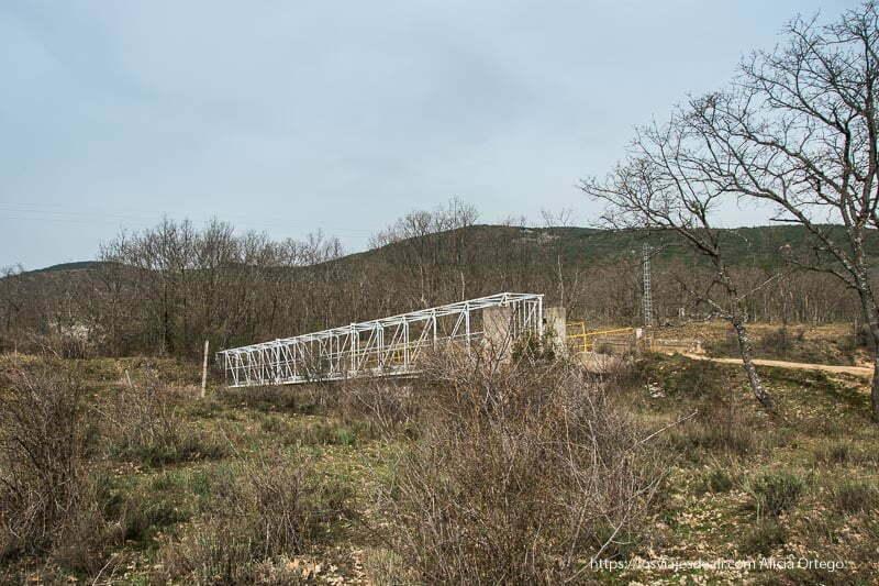 puente de metal que cruza la vía del tren en la ruta de la cascada del cancho litero