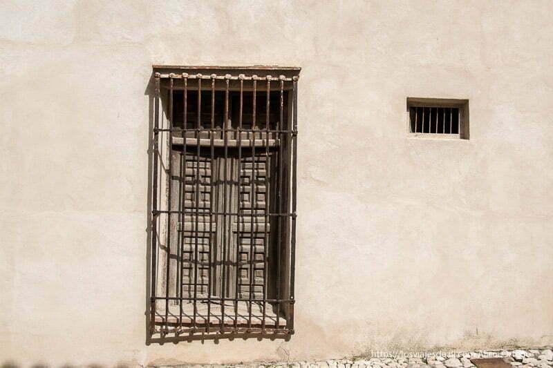 ventana con reja y ventana pequeña al lado con rejas