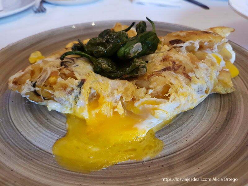 plato de huevos con patatas y pimientos del piquillo