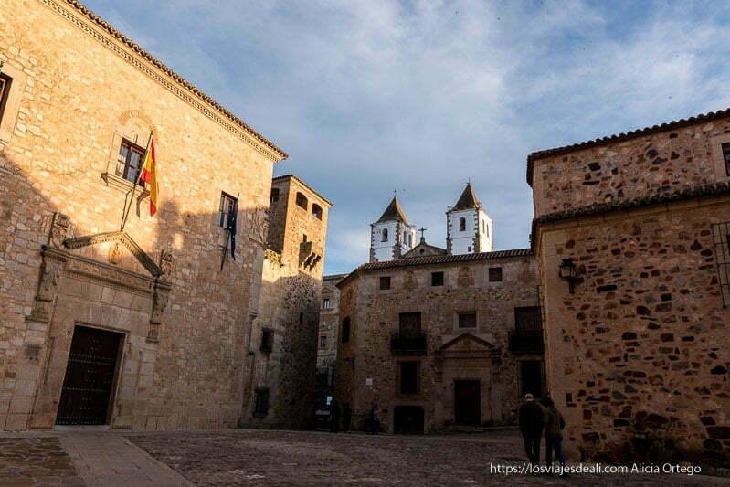 plaza de santa maría con palacios en piedra y campanarios de iglesia sobresaliendo de los tejados