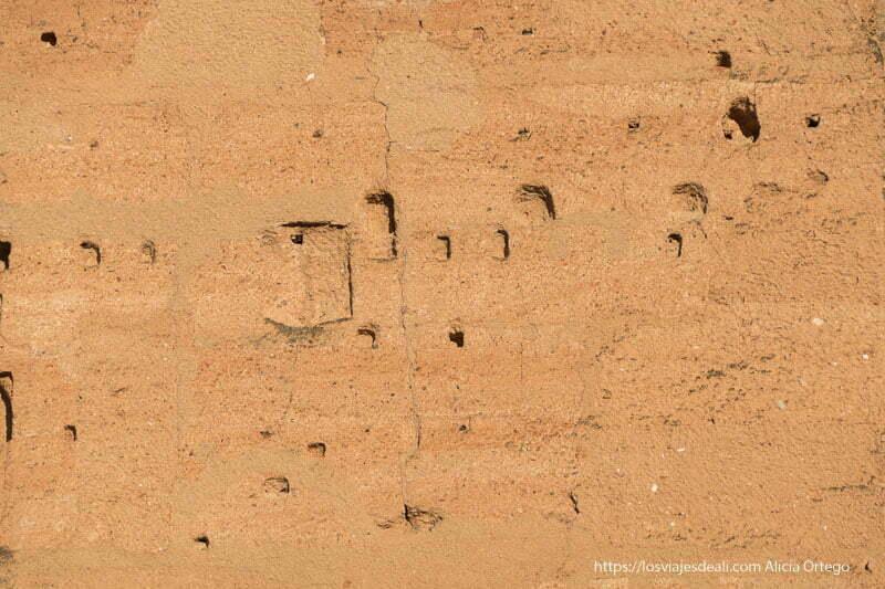 muro de adobe con oquedades por donde entran los vencejos