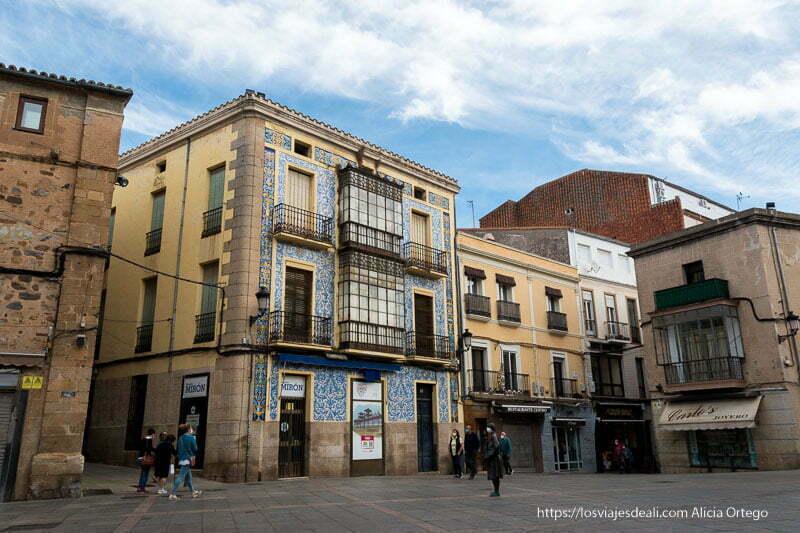 edificio con balcones modernistas acristalados y cerámica en el fachada estilo portugués