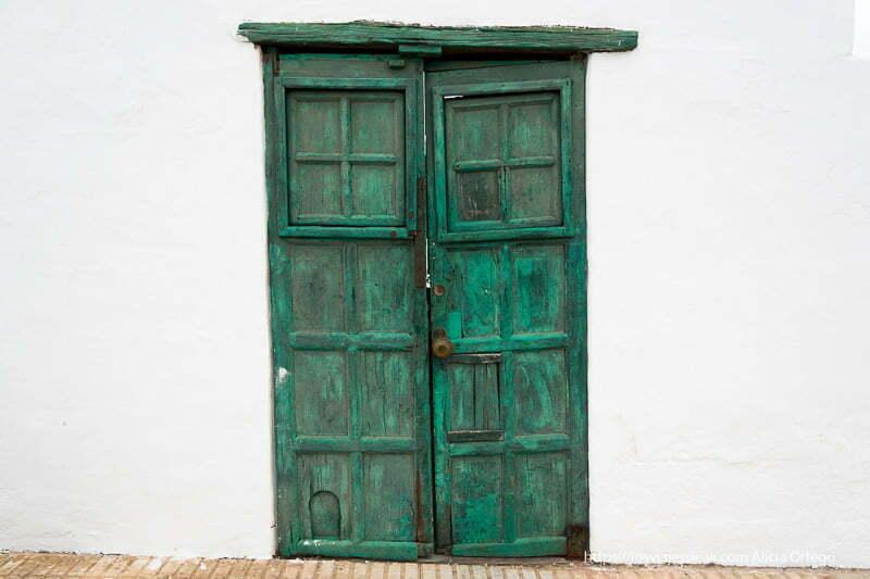 puerta de color verde antigua en muro blanco