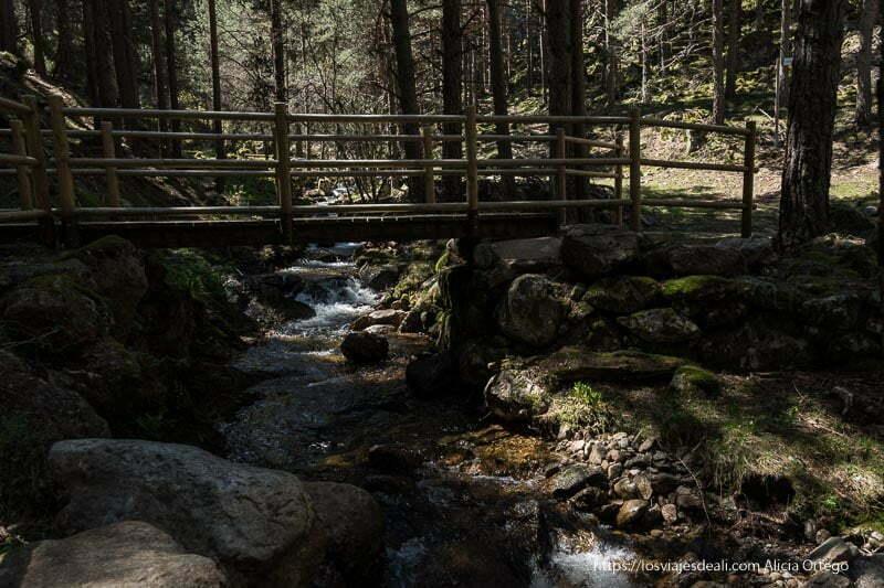 puente de madera que cruza el arroyo