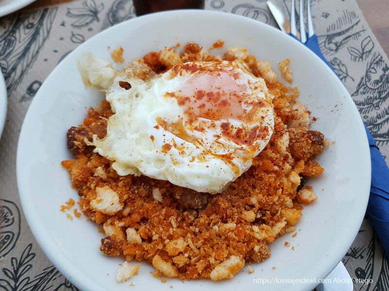 plato de migas con huevo