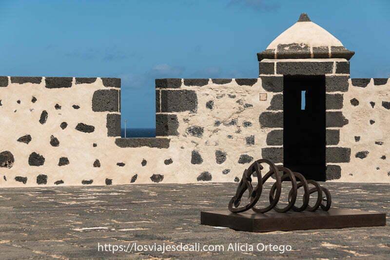 terraza del castillo de san josé con piedra de lava
