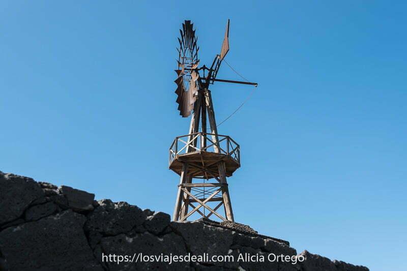 molino de viento de hierro con estructura de madera