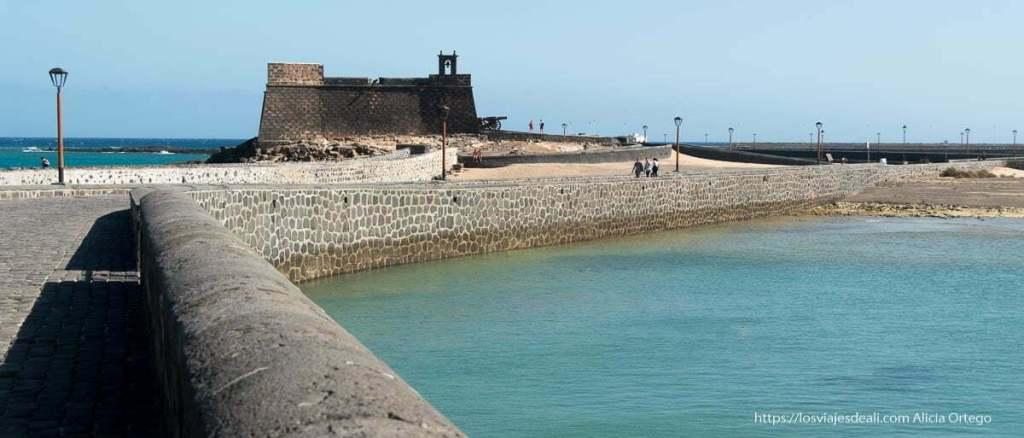 castillo de san gabriel al fondo del puente nuevo y con mar a los lados