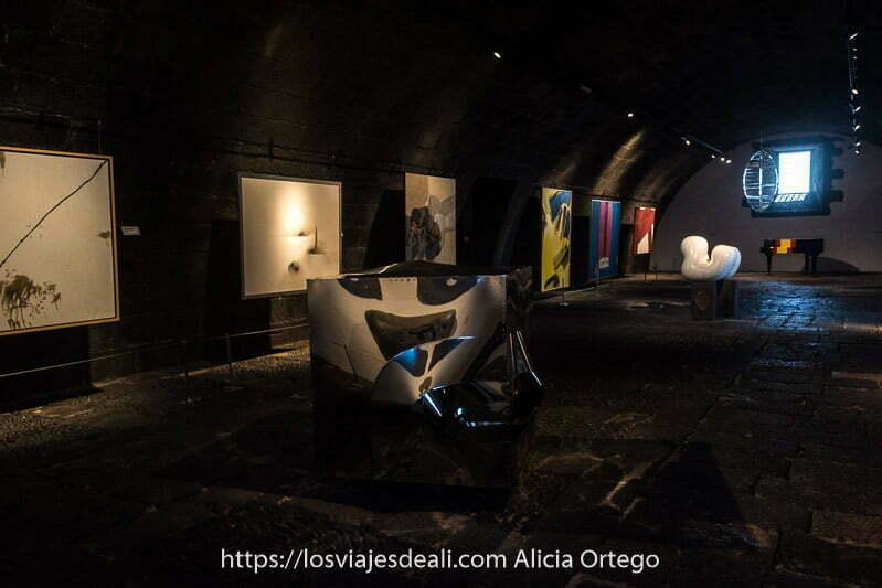 sala del museo con esculturas y pinturas modernas del castillo de san josé