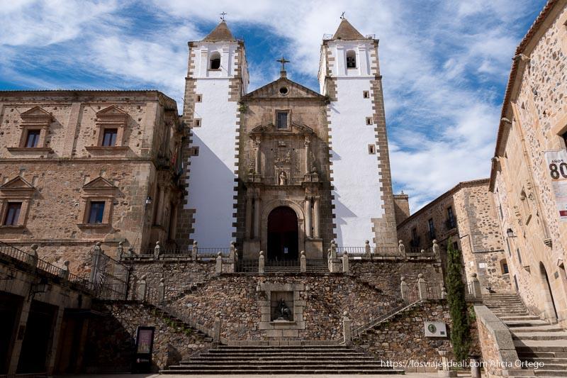 iglesia de san francisco javier con campanarios blancos y escalinata delante