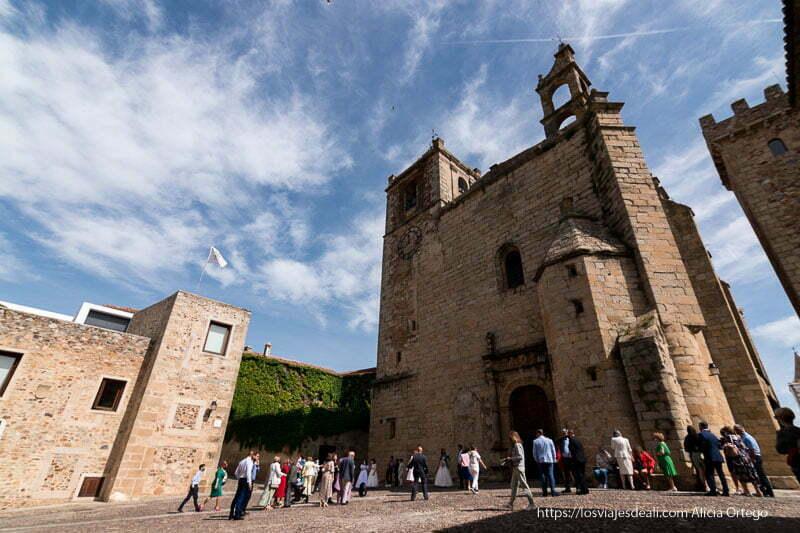 gente de boca a punto de entrar en una iglesia de cáceres en fin de semana