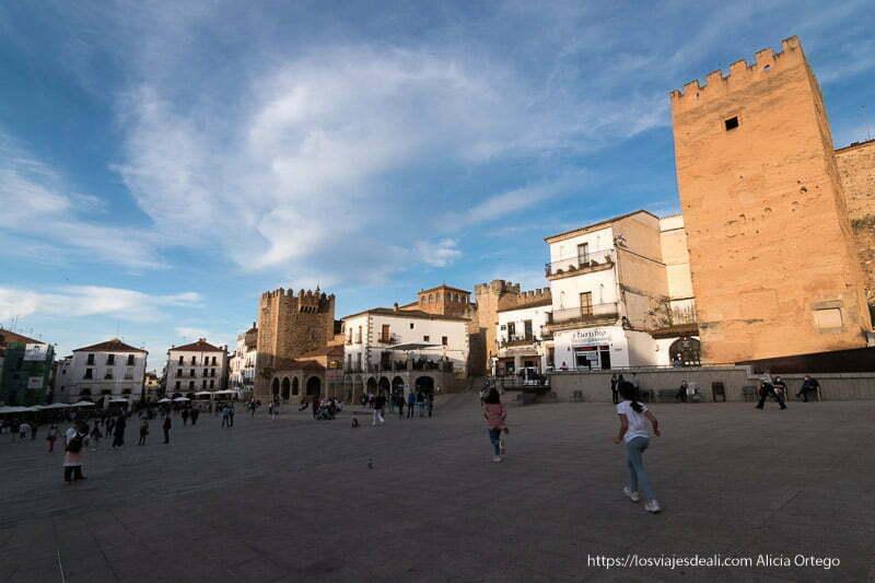 plaza mayor de cáceres al atardecer
