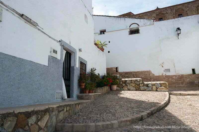plazuela del barrio de san antonio con casas encaladas cáceres en un fin de semana