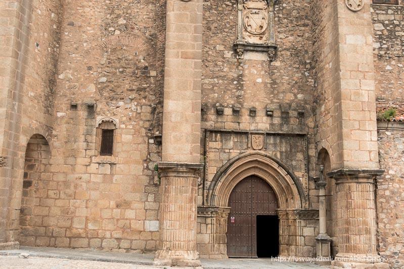 puerta de la iglesia de santiago con columnas acanaladas a ambos lados