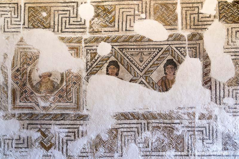 mosaico romano del museo de cáceres donde se ve a dos mujeres con peinado de trenzas