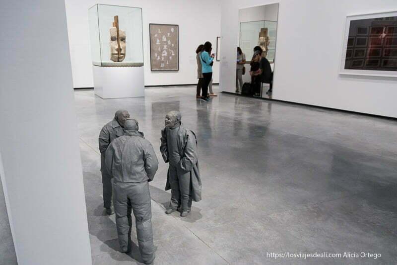 esculturas y cuadros modernos en el museo helga de alvear