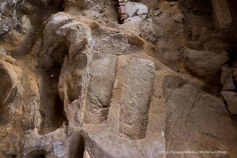 tumbas medievales excavadas en la piedra vistas desde arriba en Prádena