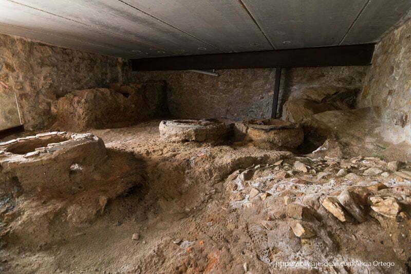 taller de campanas antiguo con los moldes para las campanas