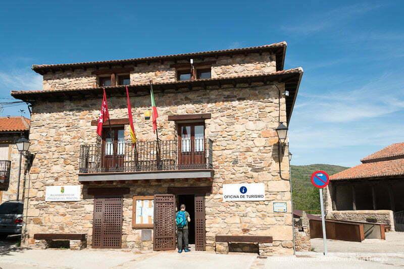 fachada de la oficina de turismo de Prádena del rincón toda en piedra