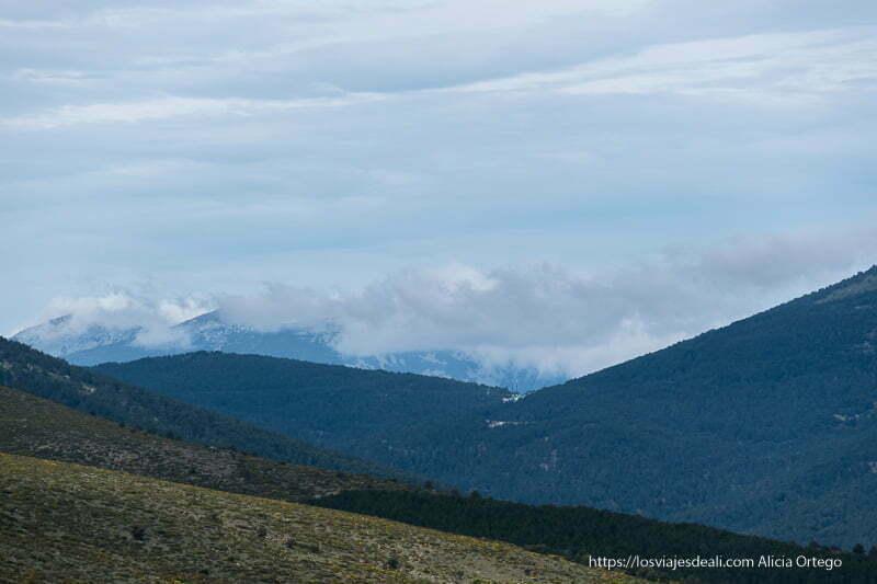 montañas con nubes en las cumbres en la ruta a la loma de los bailanderos