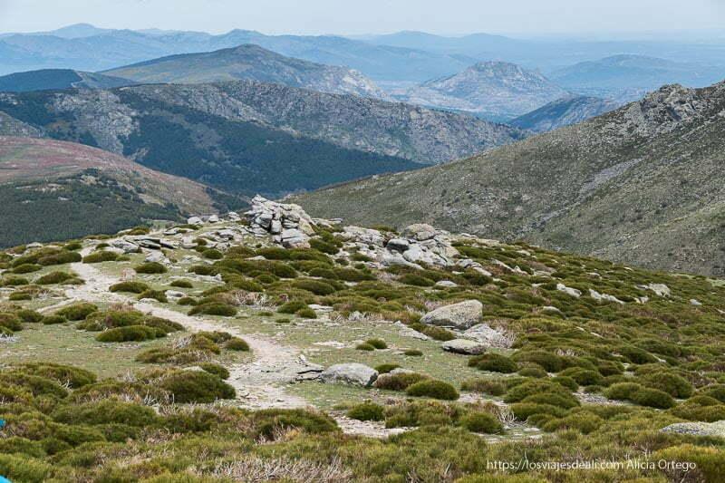 paisaje con sucesión de picos hasta el horizonte en la pedriza