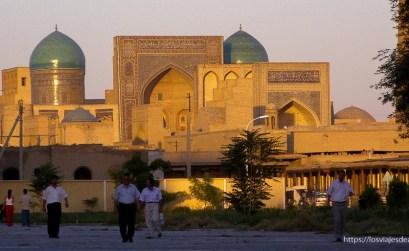 atardecer con las madrasas llenas de azulejos de Bukhara en la ruta de la seda