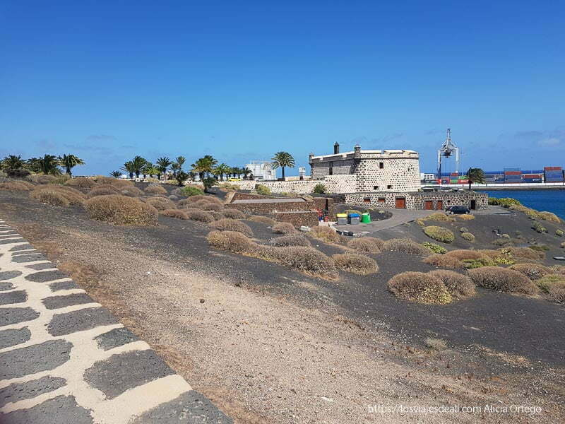 llegando al castillo de san josé de Arrecife con puerto comercial detrás
