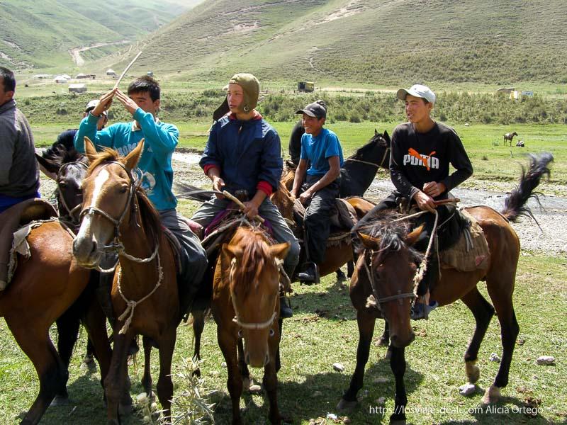 jóvenes montados en sus caballos en kirguistan