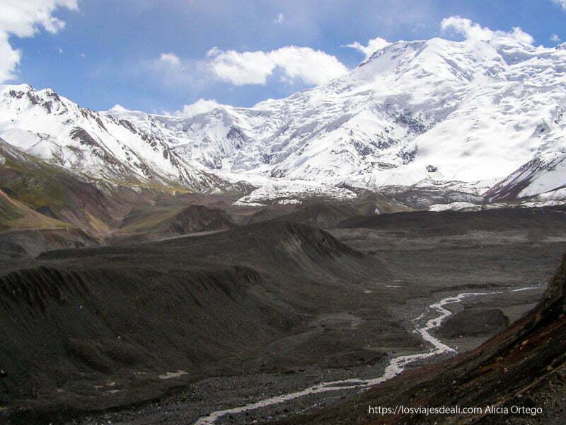 paisaje de picos del pamir llenos de nieve y en la parte inferior valles que han dejado los glaciares en retroceso