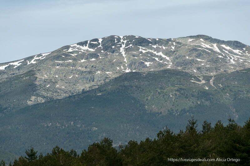montaña con restos de nieve en la ruta a la loma de los bailanderos
