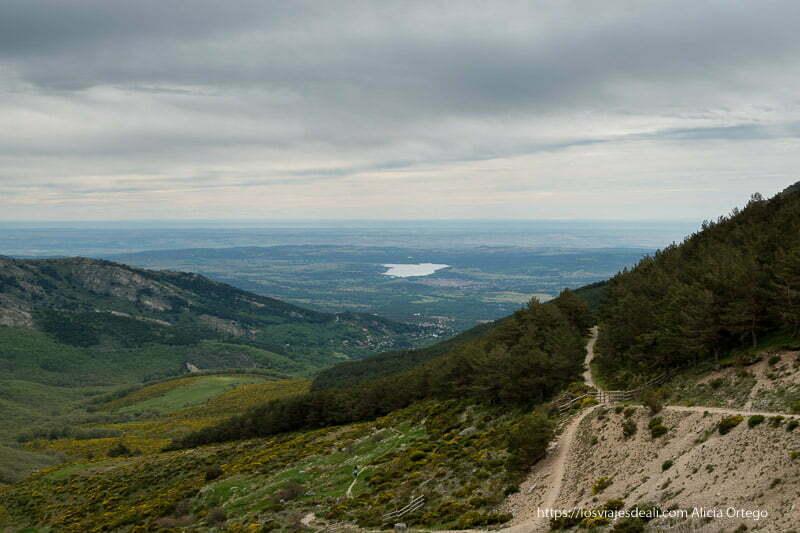 paisaje desde la montaña con gran valle y un pantano con forma de península ibérica
