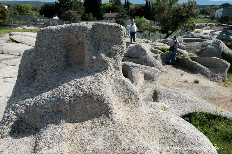 tumba real con lo que parece un respaldo con varios huecos para ofrendas en una de las necrópolis medievales