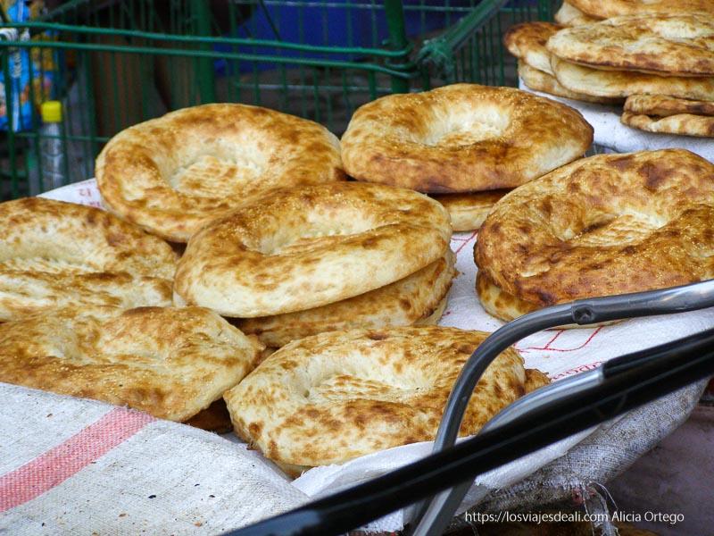 panes redondos y planos amontonados para la venta en samarcanda