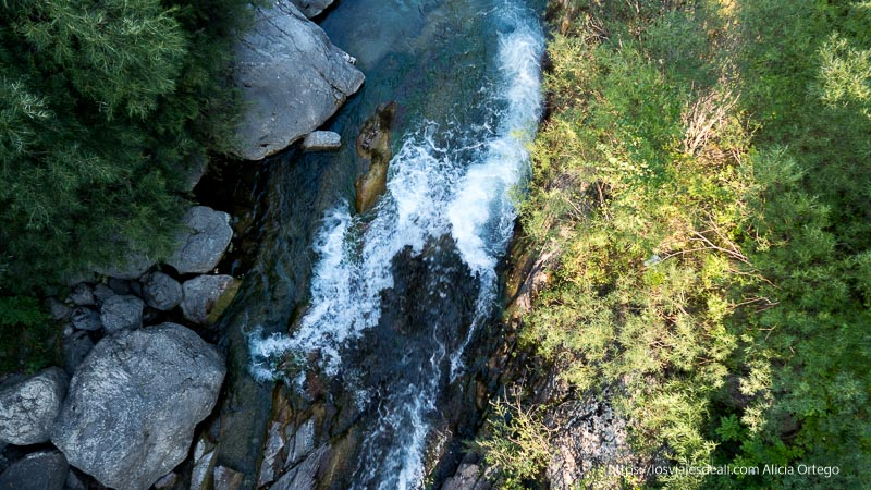 vista del río cinca desde arriba del puente a su paso por bielsa