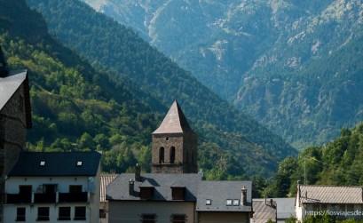 tejados de pizarra negra e iglesia de bielsa con montañas verdes detrás