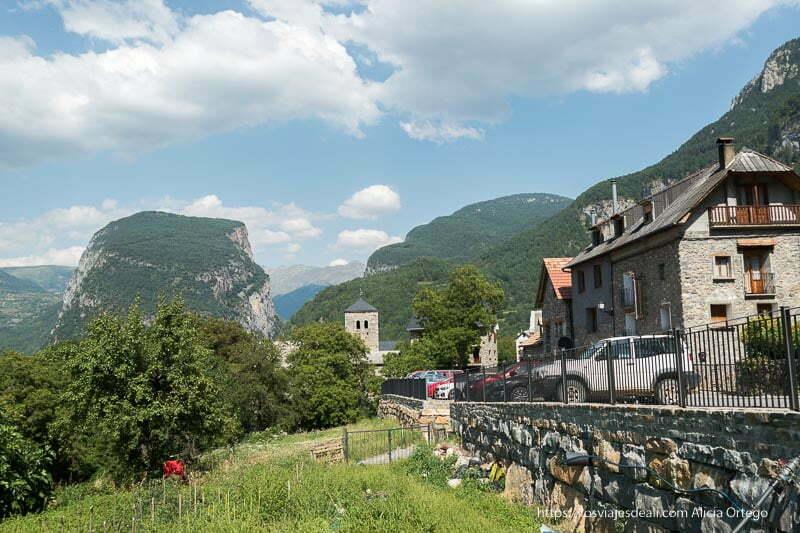 pueblo del pirineo con casas de piedra y montañas alrededor