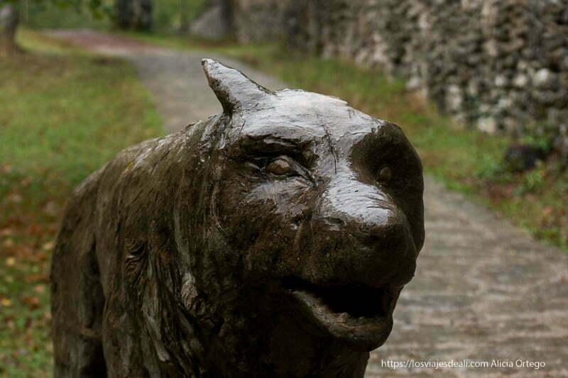 escultura de un lobo junto a la lobera